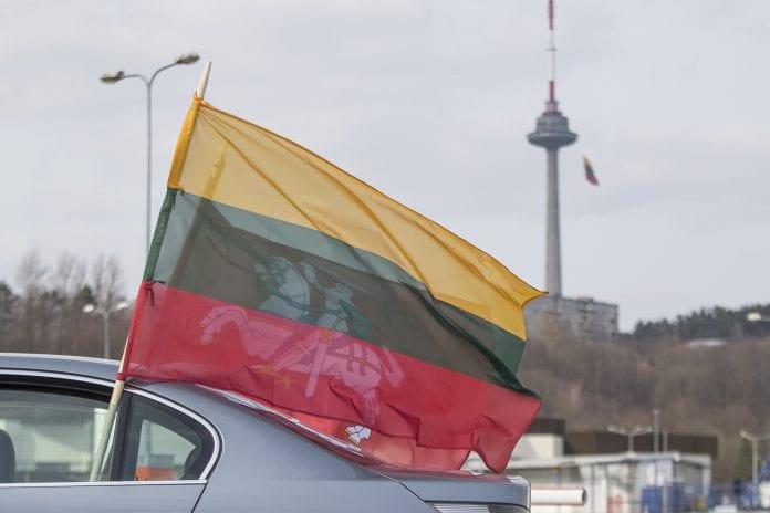 Vilniuje Kovo 11-osios tautininkų važiuotinės. Fone: Televizijos bokštas su trispalve