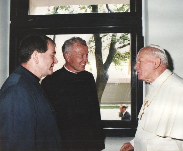 Kunigas Jonas Juraitis susitinka su šv. Jonu Pauliumi II