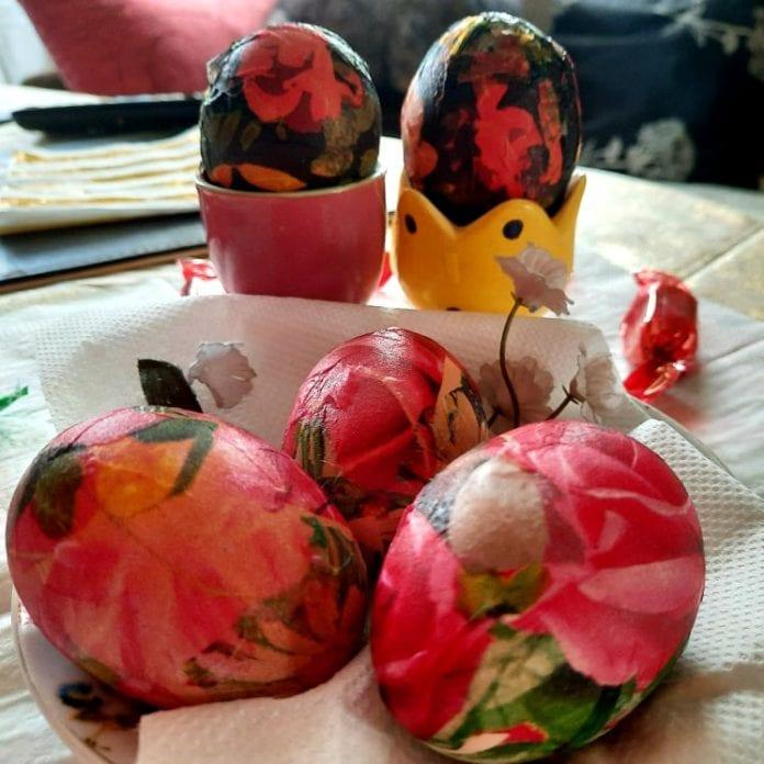 Kiaušinis iš baltos virto į ryškiai raudoną spalvą