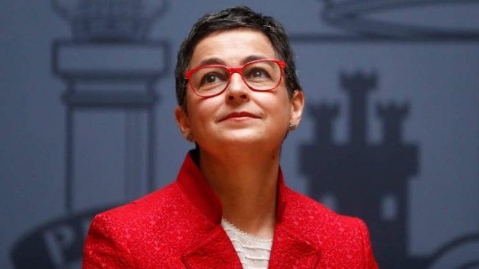 Ispanijos Karalystės užsienio reikalų ministrė Arancha González Laya žiūri
