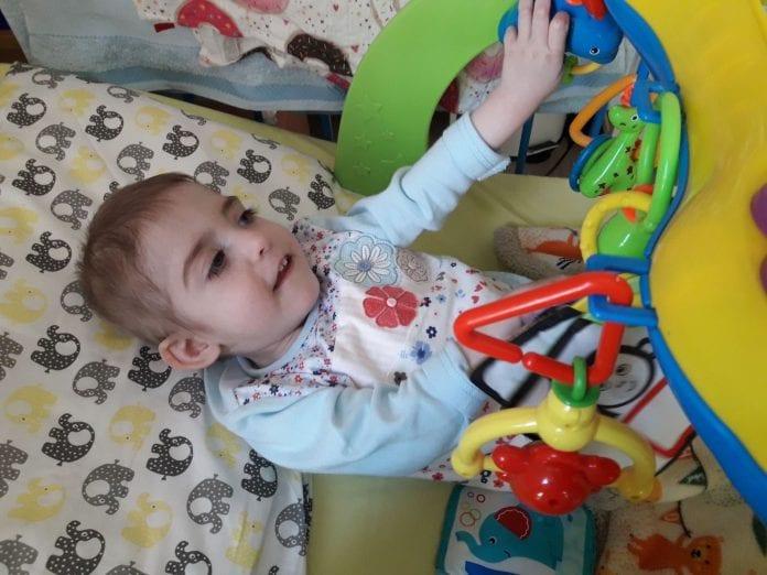 Gabija tarp žaisliukų