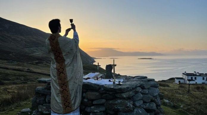 kunigas ant uolos aukoja Mišias
