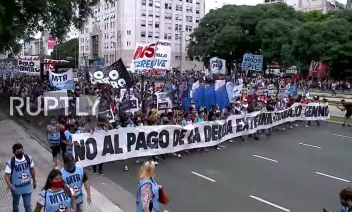 Argentiniečiai protestuoja Buenos Aires gatvėse