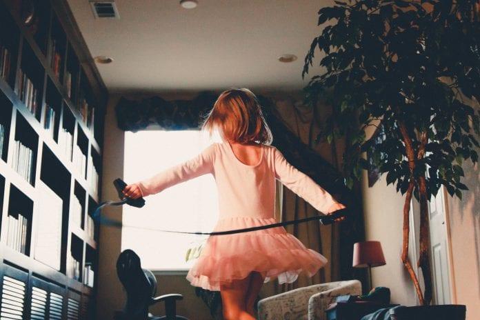 mergaitė šoka