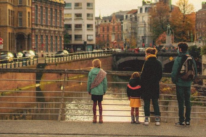 šeima su vaikais stovi prie tilto