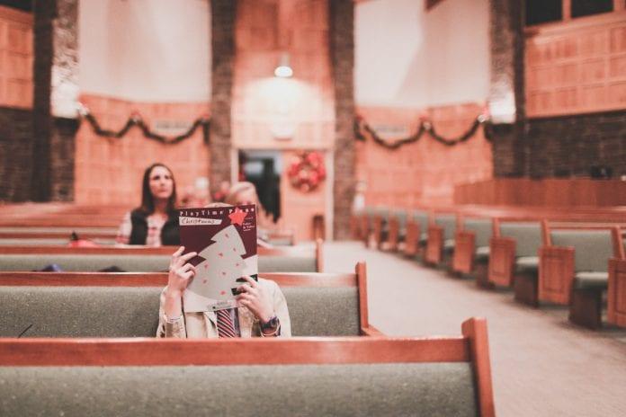 žmonės bažnyčioje