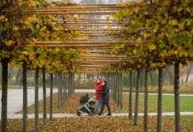 šeima Vilniuje vaikščioja