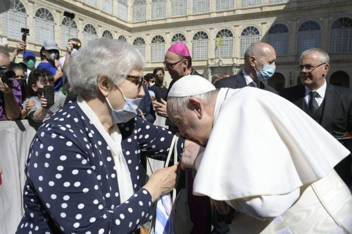 Popiežius Pranciškus bučiuoja ranką Lidijai Maksymowicz