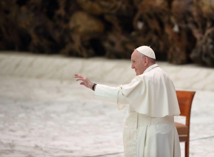 Popiežius Pranciškus meldžiasi / Twitter nuotr.