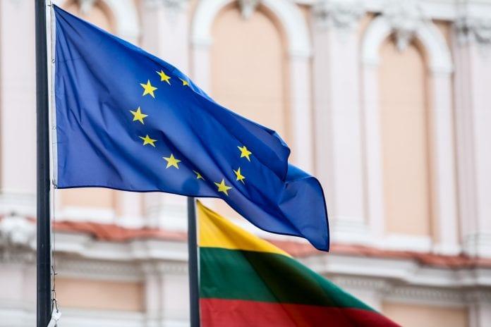 Europos Sąjungos vėliava šalia Lietuvos vėliavos