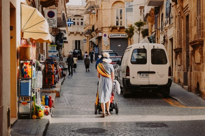 Moteris su vaiku Maltoje
