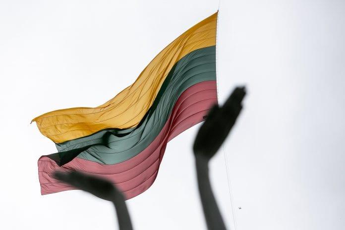 Lietuvos vėliava plėvesuoja