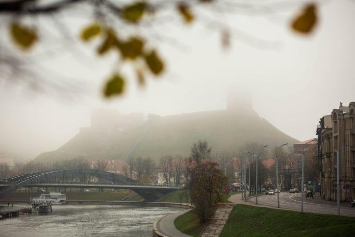 Gedimino kalną Vilniuje užklojęs rytinis rūkas