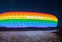 """""""Allianz"""" arena apšviesta vaivorykštės spalvomis"""