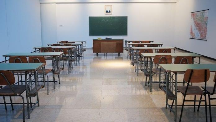 Tuščia mokyklos klasė