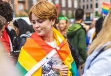 Moteris su LGBT vėliava