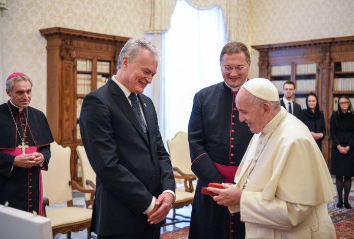Prezidentas G. Nausėda susitinka su popiežiumi Pranciškumi. V. Kulbokas viduryje