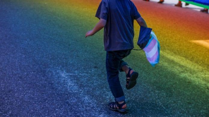 Vaikas ant vaivorykštinės perėjos