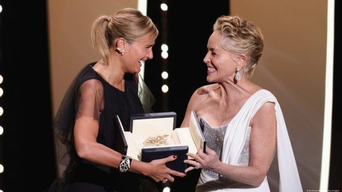 Prancūzų režisierės Julie Ducournau atsiima apdovanojimą