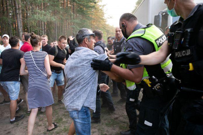 Gyventoju susiremimas su policijos pareigunais prie Rudninku poligono
