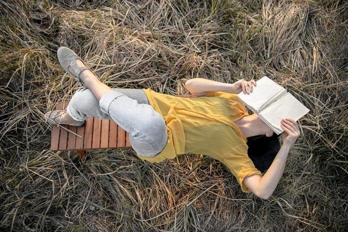 Moteris su knyga