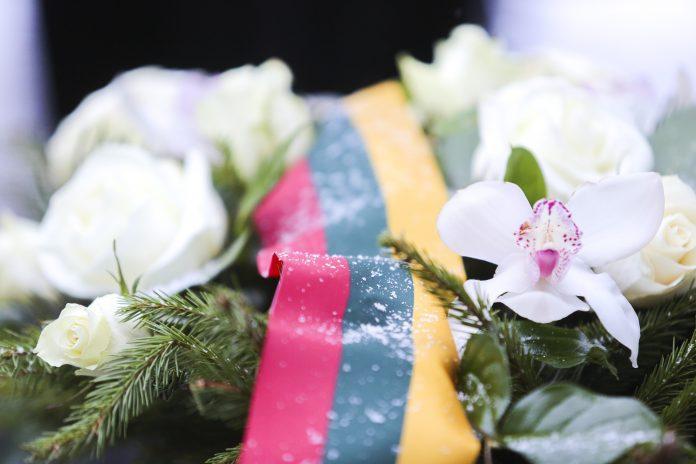 Lietuvos vėliava tarp gėlių