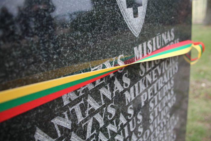 Antkapis ant partizanų kapų