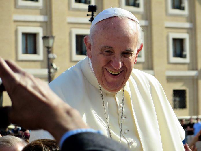 popiežius šypsosi