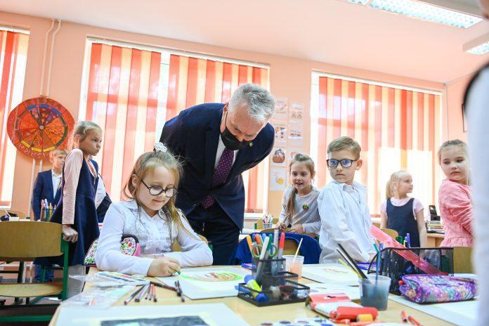 Prezidentas Gitanas Nausėda Dovilų pagrindinėje mokykloje