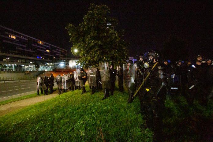 Jungtinės pareigūnų pajėgos išvaiko ir sulaiko riaušininkus prie Seimo