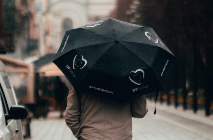 Žmogus su skėčiu