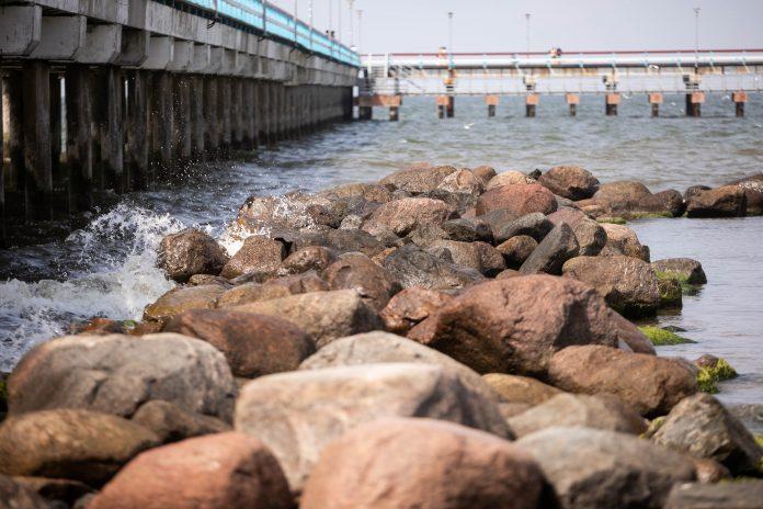 Palangos krantus skalaujanti Baltijos jūra