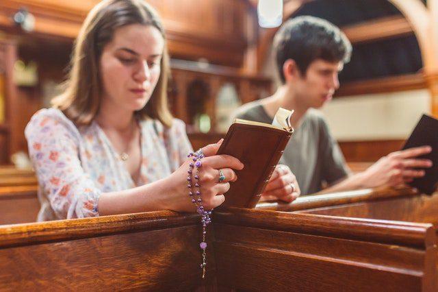 Jauni žmonės meldžiasi / Pexels.com nuotr.