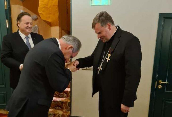 Vilniaus arkivyskupijos vyskupas augziliaras Darius Trijonis gauna apdovanojimą