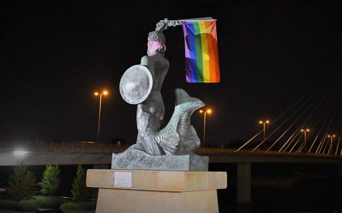 Varšuvos undinėlės statulėlė su LGBT vėliava