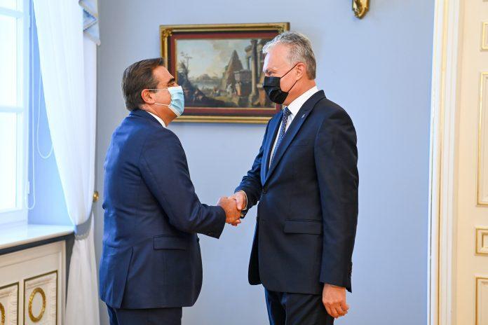 LR Prezidentas Gitanas Nausėda su Europos Komisijos vicepirmininku Margaritiu Schinu