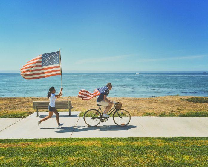 Amerikos vėliava moters rankose
