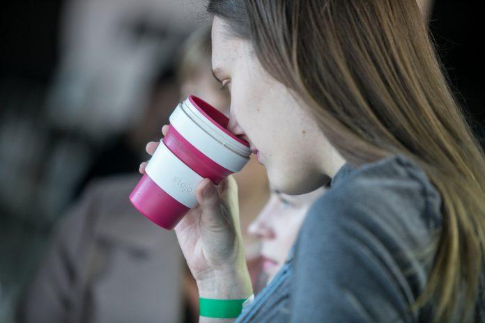Moteris geria kavą