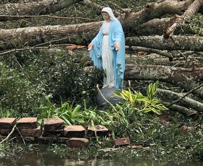 Mergelės Marijos statula po uragano / Facebok nuotr.