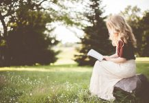 Moteris skaito Bibliją