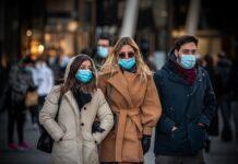 Žmonės su kaukėmis